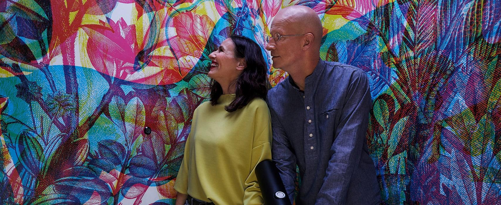Zwei Personen stehen vor einer Grafittiwand