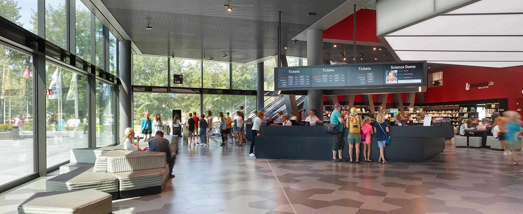 experimenta Foyer mit Menschen an der Kasse