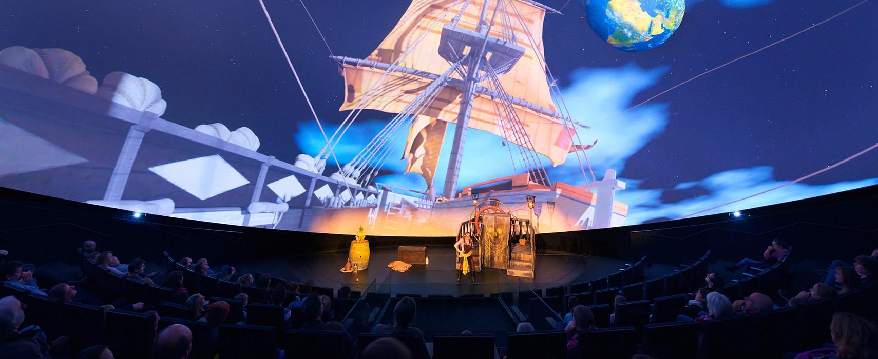 Zuschauer im Science Dome sehen sich eine Veranstaltung an