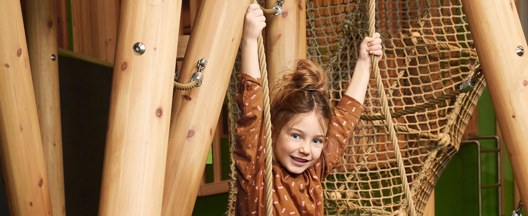 Mädchen hängt in den Seilen